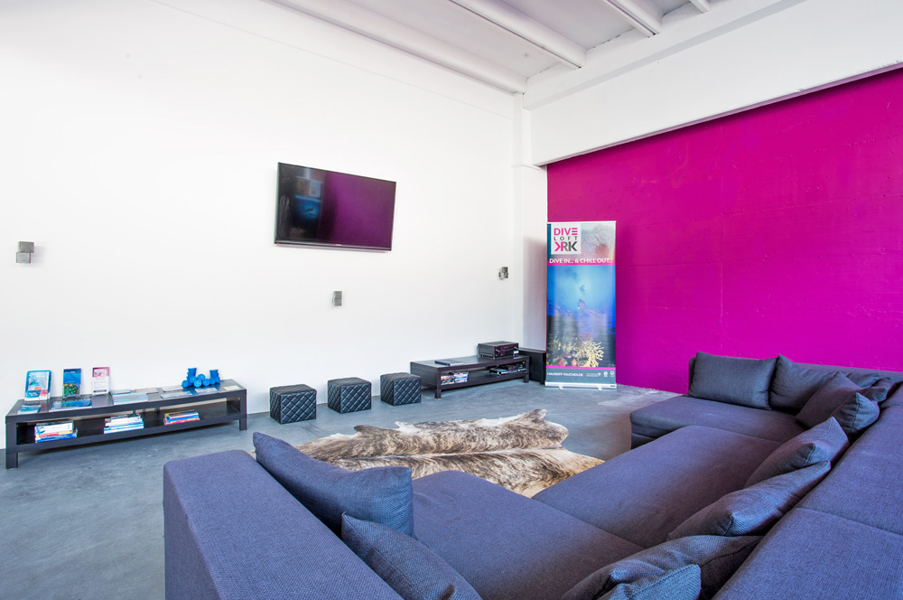 Chill-out Zone mit Lounge und Flat-TV | DIVE LOFT KRK